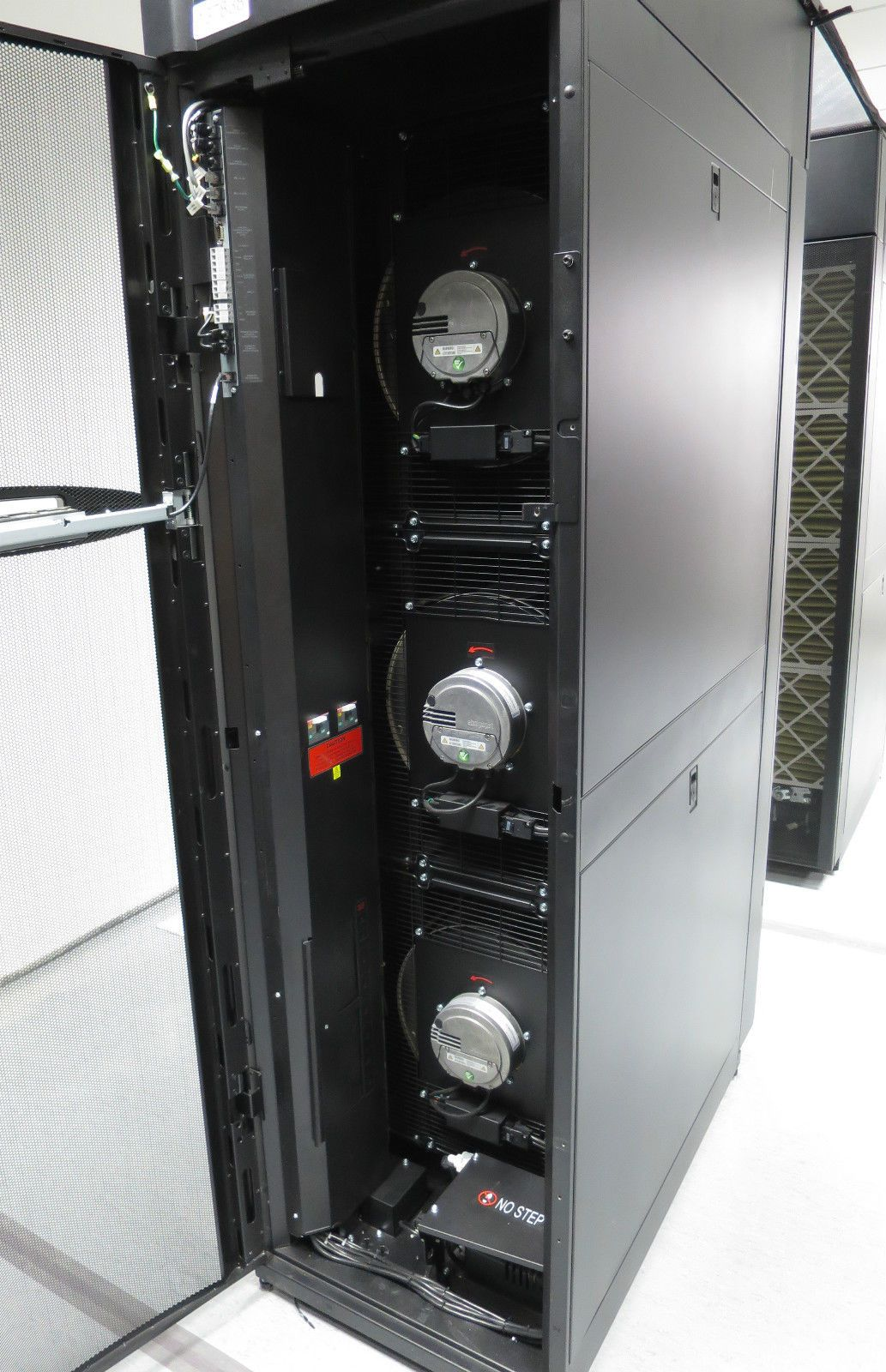 Apc Acra502 Inrow Rc 600mm Chilled Water Server Room Rack